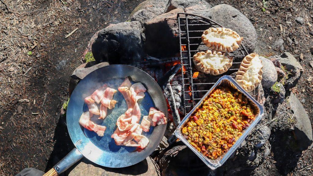 Ruokaa nuotiolla / Nuotiogrillaus / Aamiainen