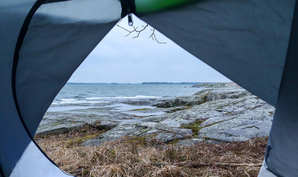 Helmikuinen telttaretki lasten kanssa – kuvia kosteasta Kopparnäsistä