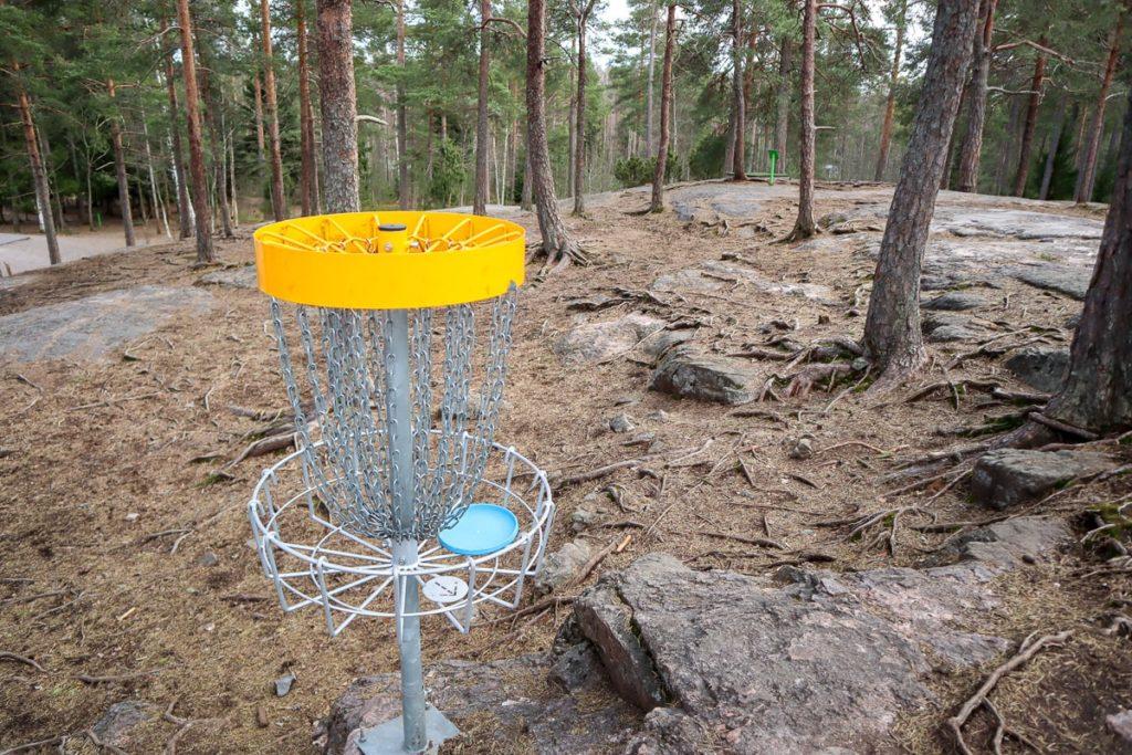 Frisbeegolfratoja löytyy joka puolelta Suomea.