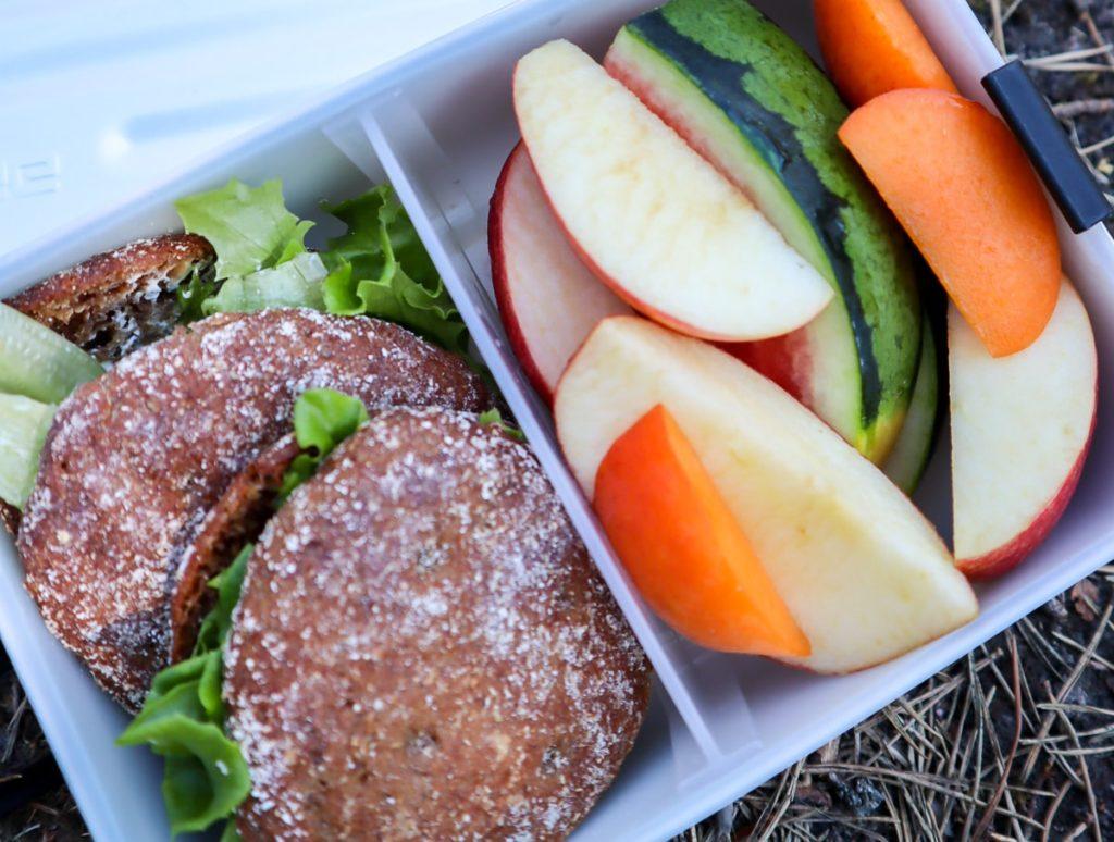 Eväsrasiassa leipää ja hedelmiä
