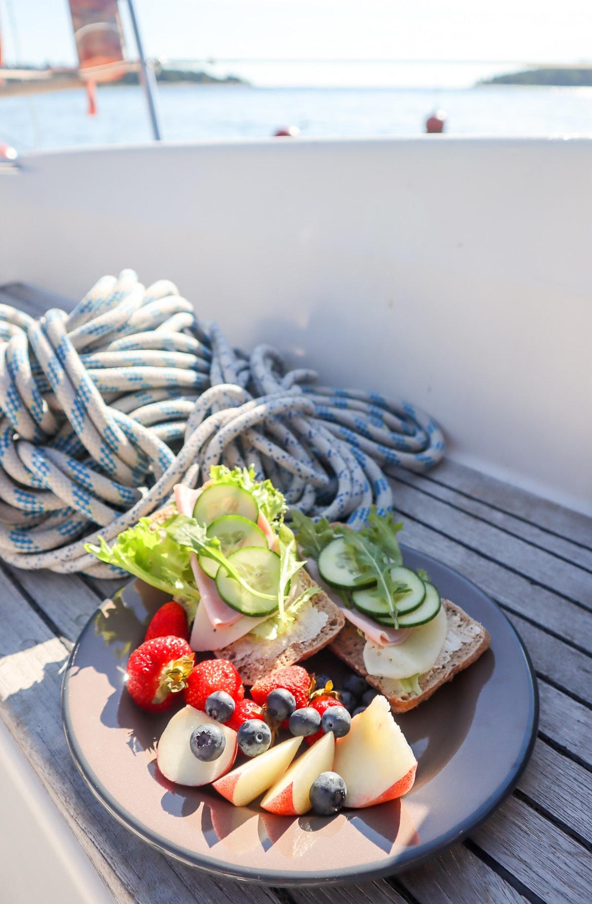 Aamupala veneen kannella
