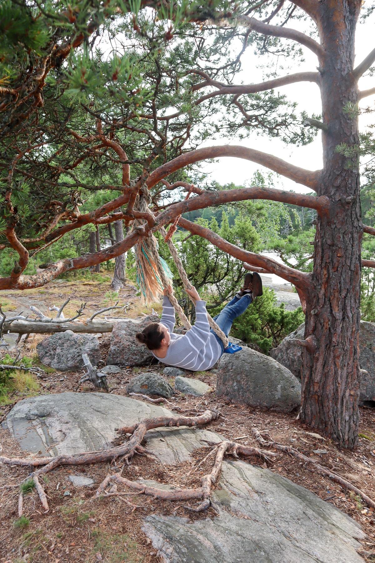 Stora Svartö / puuhun kiinnitetty keinu