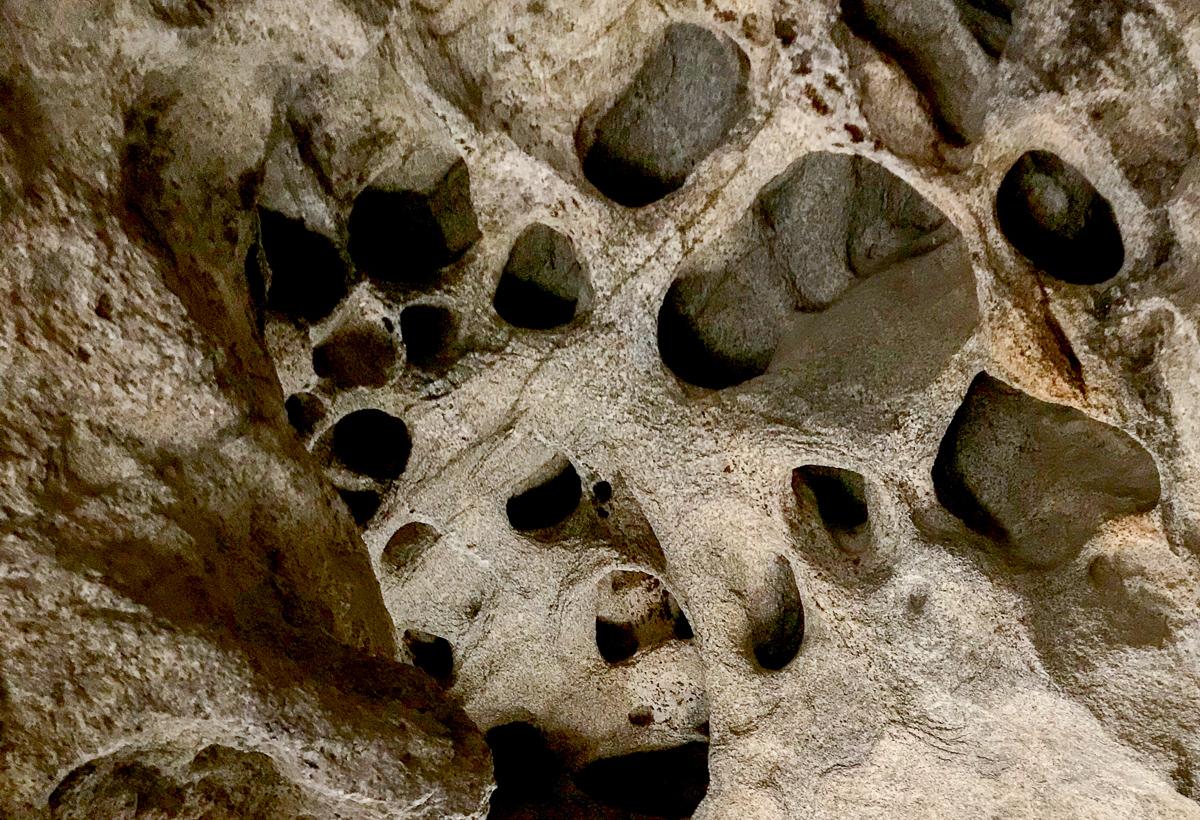 Karhunpesäkivi – uskomattoman upea luola tavallisen kiven sisällä!