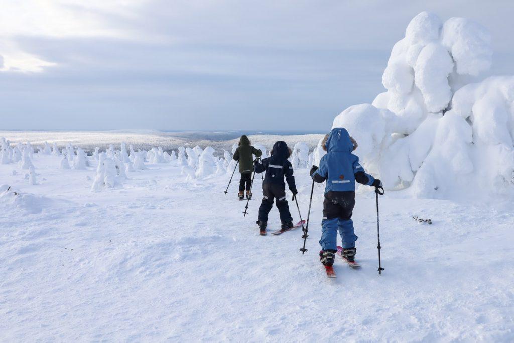 Talvinen Riisitunturi lasten kanssa karvapohjasuksilla
