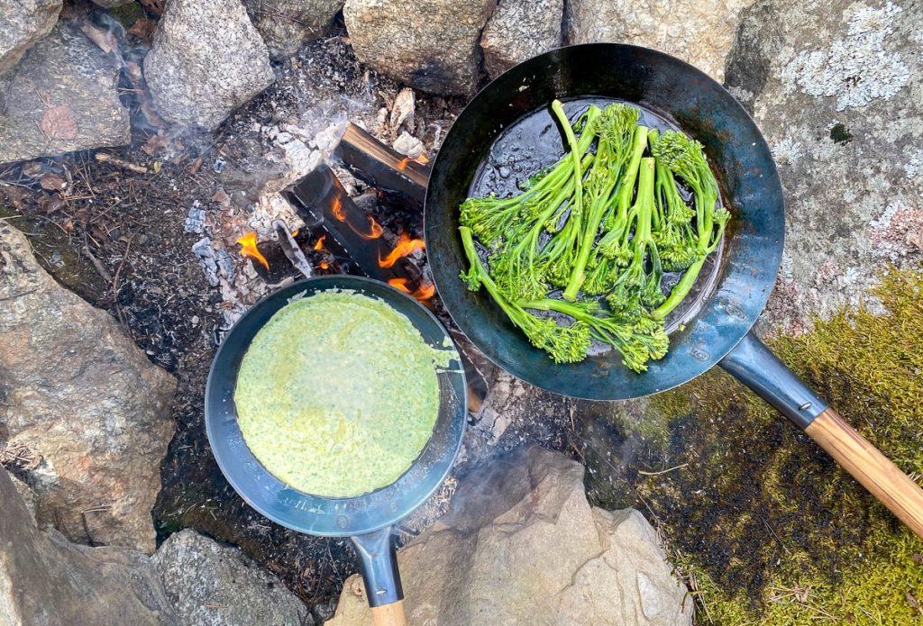 Pinaattilettuja ja parsakaalia nuotiolla
