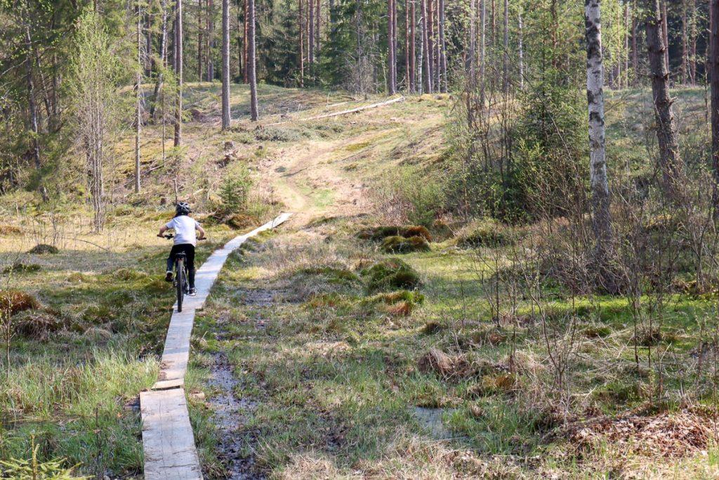 Maastopyöräily lasten kanssa / pitkospuut / Fiskars